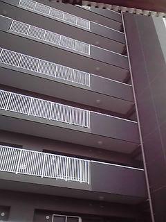 裏のマンション.jpg